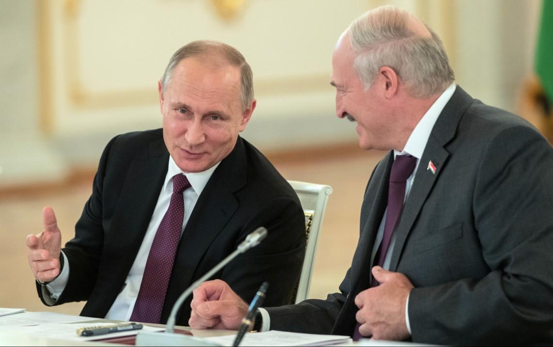 Для млн. голодающих: всети интернет высмеяли щедрый подарок Лукашенко Путину