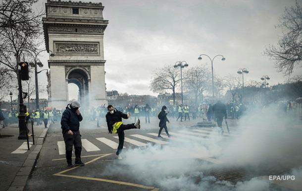 У Франції розпочалася нова хвиля протестів жовтих жилетів. Демонстрації, зокрема, відбуваються в Парижі, Бурже.