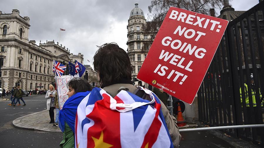 На референдумі британцям пропонувалося б проголосувати, чи виходити з ЄС на умовах, які погодить парламент, чи ні.