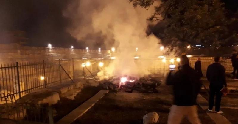 На данный момент сотрудники пожарной охраны нейтрализовали очаг возгорания. Пострадавших нет. Полиция начала расследование причин возгор